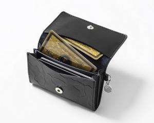 BAPEカモ柄型押し入り本革カードケース