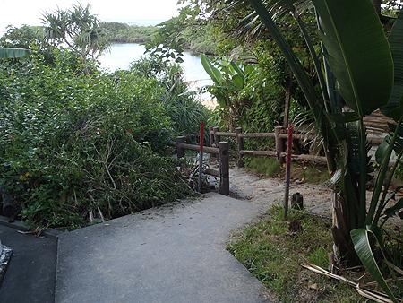 浜への階段