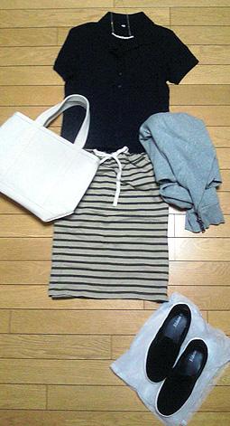 「紺ポロシャツ×ボーダースカート」で休日カジュアル
