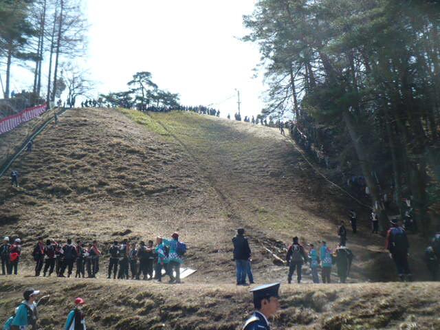 御柱祭:木落とし坂の下