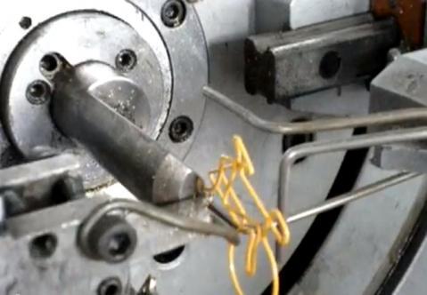 変わった形のクリップを作るのには新しいマシンが必要だった!