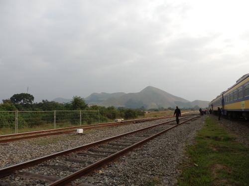 ロペ駅とモンブラザ山