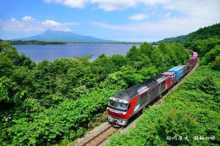 駒ケ岳と貨物列車