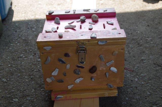 早速、拾った貝で貯金箱に仕上げの貼り付け