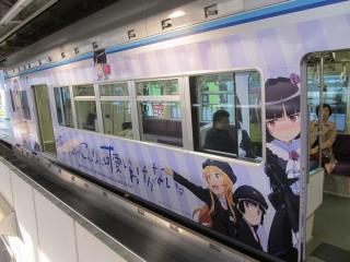 千葉みなと駅に向かって右側は「高坂桐乃」を中心に描かれている。ドア間の車体には「俺の妹がこんなに可愛いわけがない。」のロゴが一杯に描かれている。