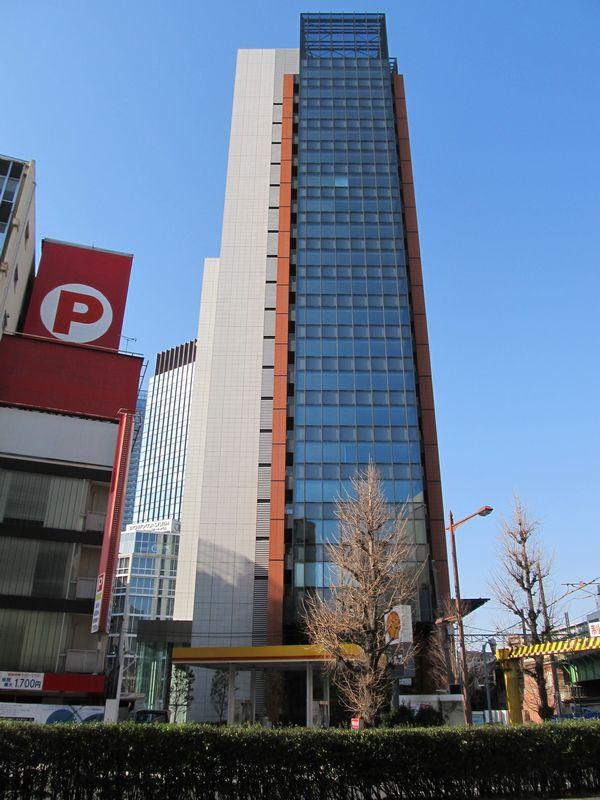 中央通りの反対側からJR神田万世橋ビルを見る
