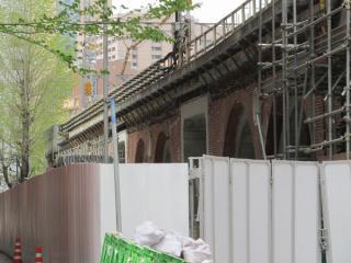 ビルと高架橋とは直接はつながっていない。四角い部分は旧万世橋駅階段。