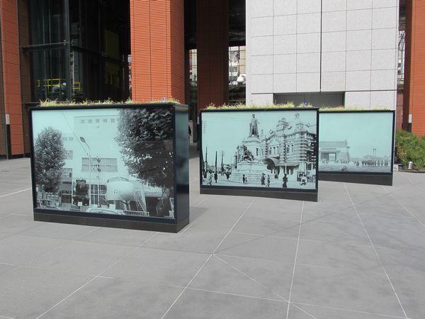 南側の広場に設置されたピクチャースクリーン