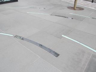 広場の地面には歴史年表が刻み込まれている