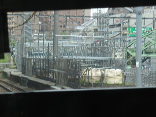 中央線下り列車から整備中の旧万世橋駅ホームを見る。