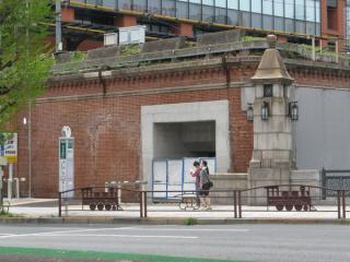 万世橋側の高架橋端に開けられた階段と思われる穴
