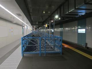 今回の地下化では急行線のみを使用するため、緩行線の線路上に仮設の床を設置している。