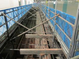 仮設の床が切れている部分からは敷設済の緩行線の軌道が見える。