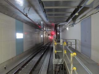 東北沢駅ホーム小田原寄り。右に見える緩行線ホーム予定地は空調機械室になっている。