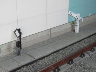 下り線ホーム先端の停車目標と勾配標。