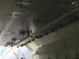 ホームのすぐ先はトンネル出口となっており、剛体架線とシンプルカテナリ架線の移行区間が見える。