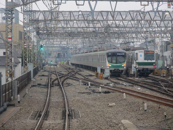 代々木上原駅小田原方。地上の線路につながる内側線はポイントの直後に車止めのまくらぎが置かれている。