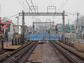 新宿寄りの踏切跡から東北沢駅方向を見る。踏切は全て線路側にバリケードが設置された。