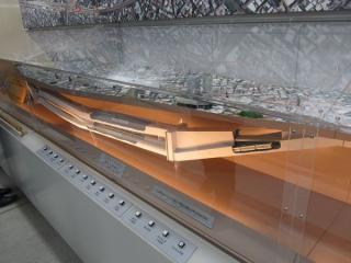 地下トンネルの断面模型。通勤電車の模型は小田急5000形のBトレインショーティー?