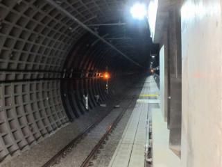 世田谷代田駅方面へ続くトンネル。右のフィンは火災発生時に煙を世田谷代田駅へ排出する送風口。