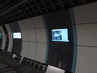 線路側の壁面に埋め込まれている広告用ディスプレイ