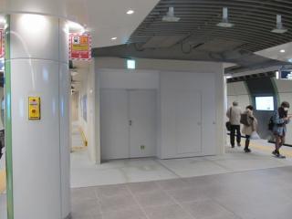 新宿寄りの地上階直結エスカレータ予定地は非常階段になっている。