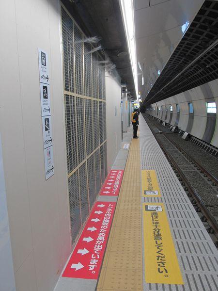 上り線新宿寄りのホーム途中に設置されているトンネル換気送風口