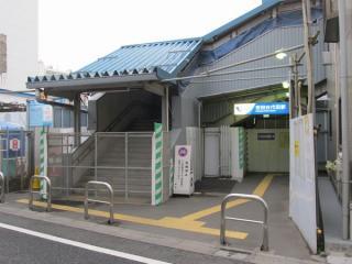 使用を停止した橋上駅舎と世田谷代田駅南口
