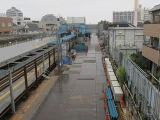 新宿寄りにある歩道橋から世田谷代田駅地上ホームを見る。一部は取り壊しが始まっている。