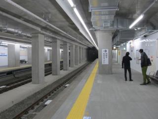 小田原寄りはトンネルの幅が広がっておりホーム上にも柱がある。