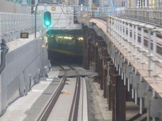 地下線入口は35パーミルの急勾配。トンネルの奥に東北沢駅のホームが見える。