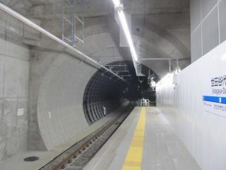 新宿寄りはシールドトンネルになっている。