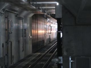 小田原寄りのホーム先端から梅ヶ丘駅方向を見る。壁の色が違う部分は環状7号線の交差部分。