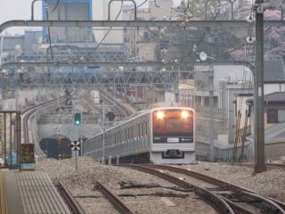 梅ヶ丘駅のホーム端から新宿方面を見る。