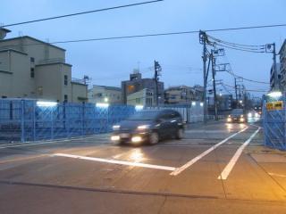 踏切が無くなった都道420号鮫洲大山線。今後拡幅が予定されている。