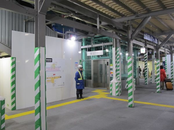 東北沢駅改札内通路。左上に見えるのが地上時代に使用していた橋上駅舎の階段。