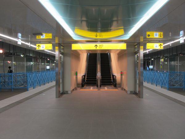 東北沢駅地下1階ホーム。