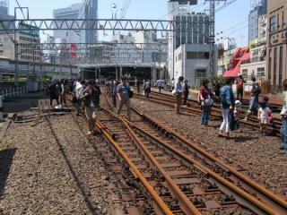 線路内から渋谷駅ホームを見る。営業中は見ることができなかった光景。
