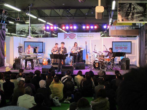 会場中央のステージで行われた向谷実とチャージ&バックスフライデージャズナイトライブ