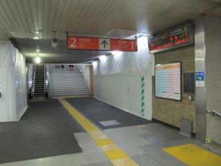 移設された階段の高架下側。今後右側の壁には横須賀線地下コンコースに通じるエレベータが設置される。