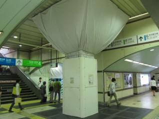 銀座口コンコースの中央に新設された柱のような物体。