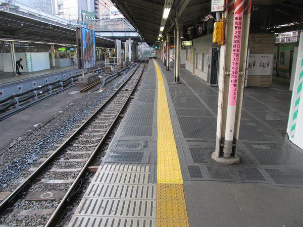 東海道線ホームの拡幅部分。拡幅後間もないため、床は全てゴムマットで覆われている。