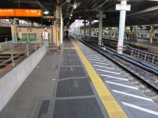 東京寄りの階段付近。階段とホーム端の間が以前より広くなっている。