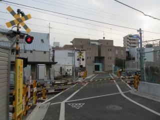 移設された下神明2号踏切。線路に対して斜めに交差している。