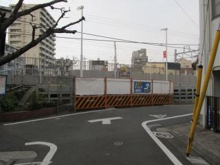 移設前の踏切跡は工事用の柵で塞がれている。