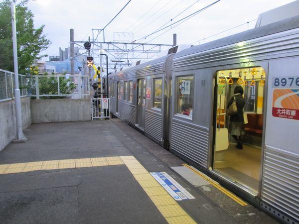 ホーム延長工事着工前の戸越公園駅は大井町寄りの2両のドアが開かなかった。