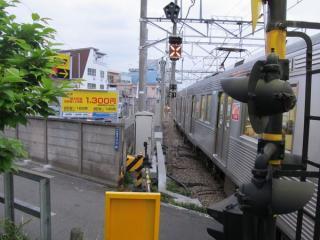大井町方の踏切を塞いで停車中の上り列車