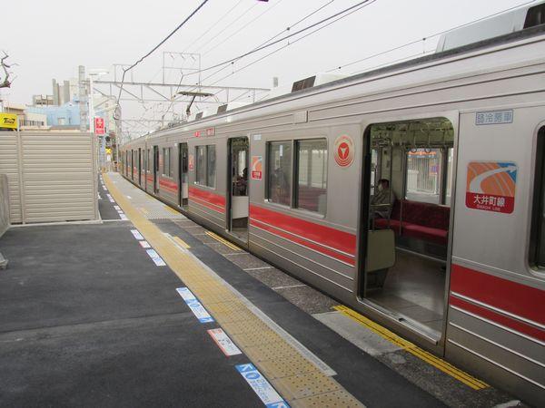 ホーム延長が完了し、5両全車のドアが開くようになった戸越公園駅。