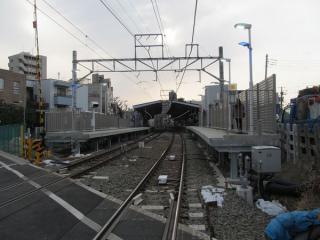 移設された下神明2号踏切から戸越公園駅構内を見る。地上子はATC用の小型のものに交換された。