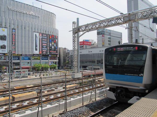 ヨドバシAkibaの前で進む東北縦貫線の軌道敷設